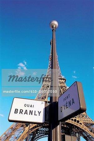 France, Paris, signes à proximité de la tour Eiffel