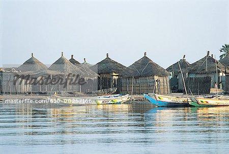 Sénégal, Foundiougne, cabanes de pêcheurs sur les rives du Saloum