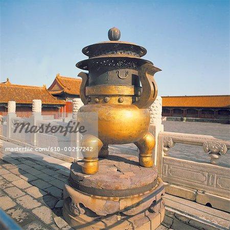 Chine, Beijing, Palais impérial, pot en bronze