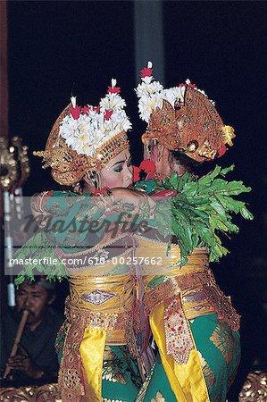Indonésie, Bali, deux filles danse Legong Kraton