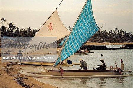 Indonésie, Bali, Nusa Dua, pêcheurs revenant au crépuscule