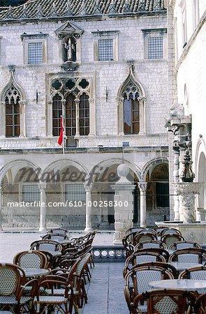 Croatie, Dubrovnik, Palais Sponza (construit en 1516) et terrasse de café