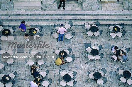 Croatie, Split, aperçu sur une terrasse de café du beffroi cathédrale