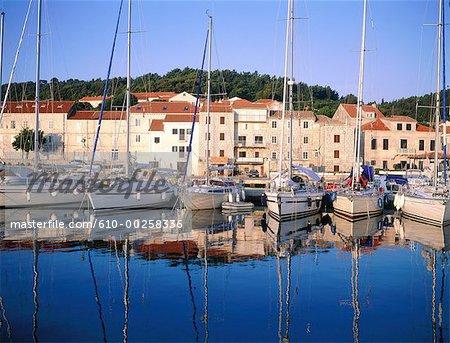 Croatie, île de Korcula, le port au lever du soleil