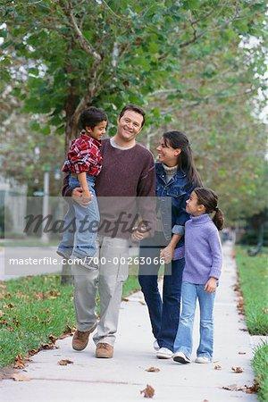 Famille Walking down Street