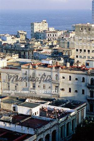 Enfants jouant sur la Havane sur le toit de l'école