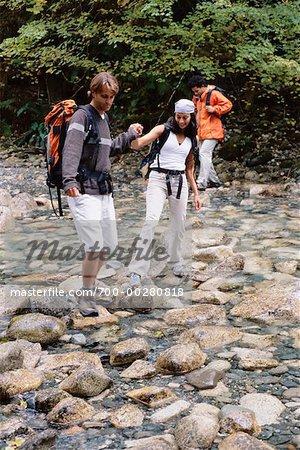 Groupe traversant un ruisseau