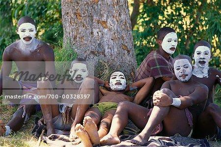 Adolescents avec des visages peints sous les arbres en Afrique du Sud
