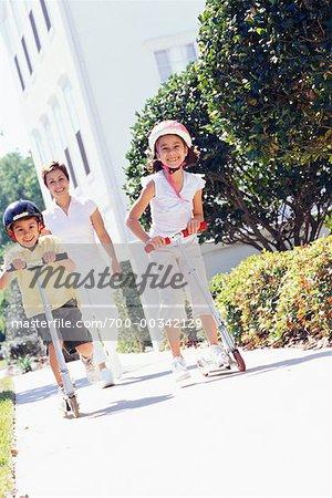 Mère et enfants avec Scooters