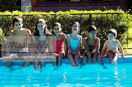 Enfants avec les pieds dans la piscine
