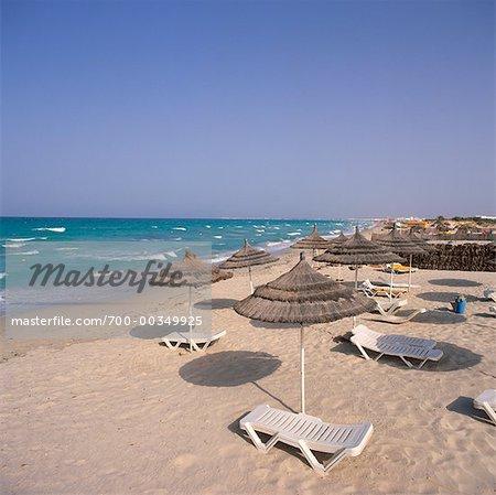 Chaise de plage et parasols de Tiki île de Djerba, Tunisie