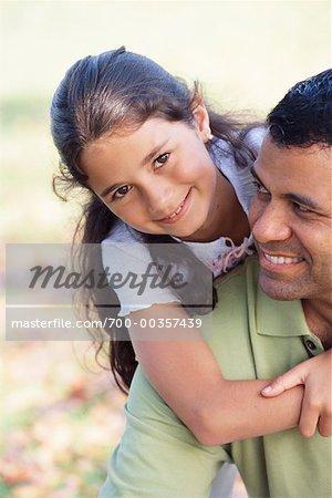 Père Hugging jeune fille