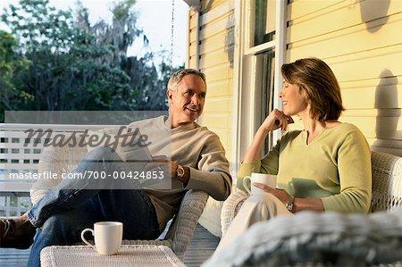 Paar sprechen auf Veranda