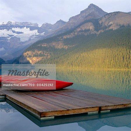 Bateaux sur le quai, lac Louise, Parc National Banff, Alberta, Canada