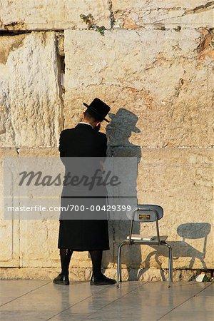 Homme en prière au mur des lamentations, Jérusalem, Israël