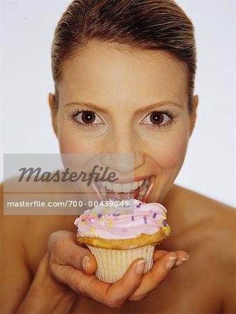 Porträt Frau Cupcake Essen