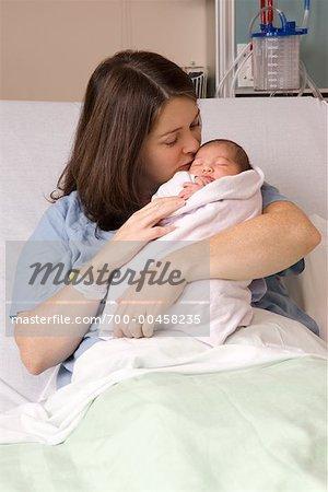 Mutter küssen Neugeborenen