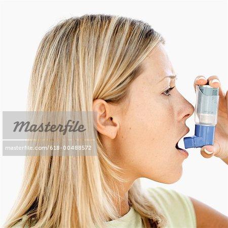 Seitenansicht einer Frau mit einem Inhalator