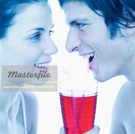 Seitenansicht eines jungen Paares Teilen Saft