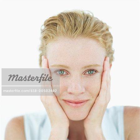Portrait d'une jeune femme, toucher son visage