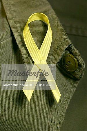Gelbe Farbband auf Militäruniform