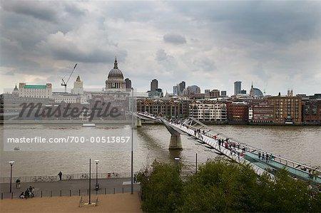Le Millennium Bridge et la Tamise, Londres, Angleterre