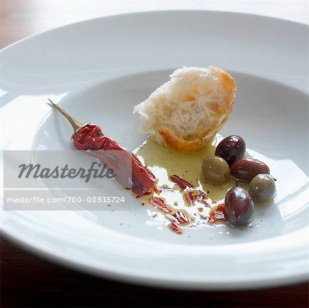 Kruste von Brot, Öl, Pfeffer und Oliven in Schüssel