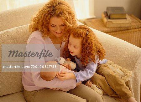 Alimentation bébé avec la fille de la mère