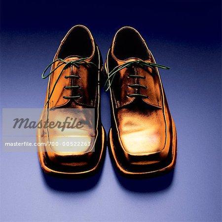 Une paire de chaussures dorées