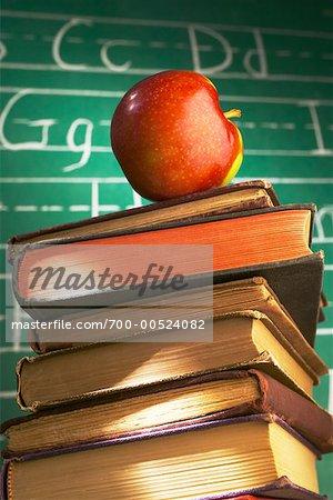 Apple sur une pile de livres