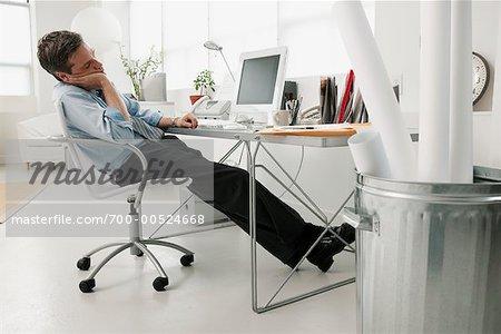 Homme d affaires dormir au bureau photographie de stock