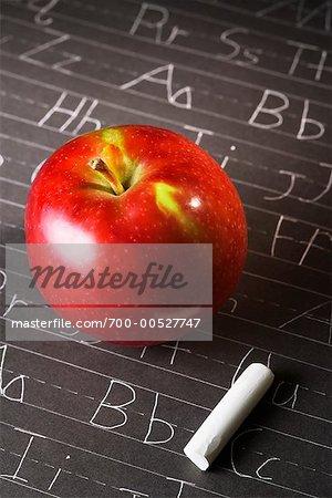 Apple et craie sur tableau noir