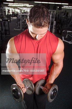 Mann mit stumm-Glocken im Fitness-Studio