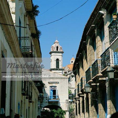Scène de rue dans la vieille Havane avec vue sur la cathédrale, la Havane, Cuba