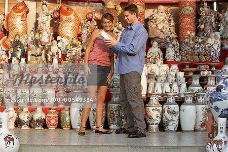 Homme et femme, faire du Shopping dans le magasin de poterie, Bangkok, Thaïlande