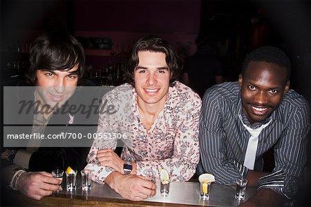 Portrait des hommes dans la discothèque