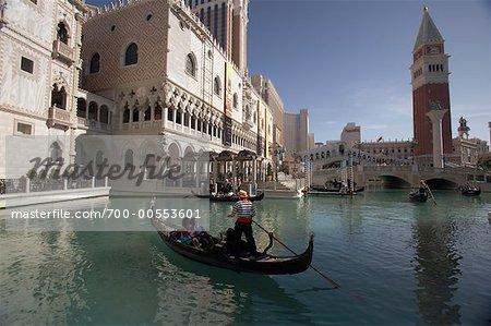 Couple Riding en gondole et l'hôtel Venetian Casino, Las Vegas, Nevada, USA