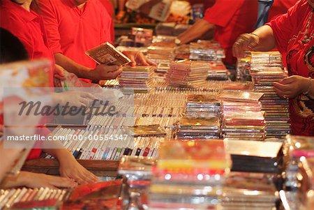 Passants regardent une marchandise, Bangkok, Thaïlande