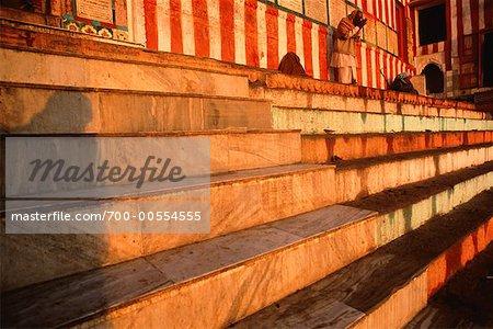 Homme lavage à Ghats, Varanasi, Uttar Pradesh, Inde