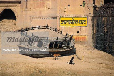 Bateau abandonné par bâtiment, Varanasi, Inde