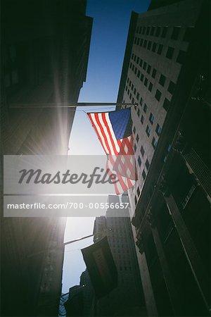 Drapeau américain sur Wall Street, New York City, New York, États-Unis
