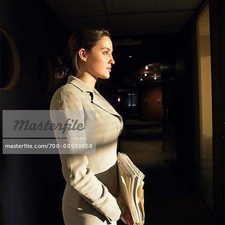 Geschäftsfrau im Büro bei Nacht