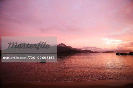 Lever du soleil sur Ilha da Gipoia, Angra dos Reis, Rio de Janeiro, Brésil