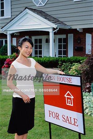 Portrait d'une femme à l'extérieur de la maison neuve