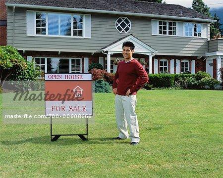 Portrait d'un homme debout en face de la maison