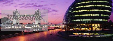 Hôtel de ville de Londres et du Tower Bridge, à l'aube, Londres, Angleterre
