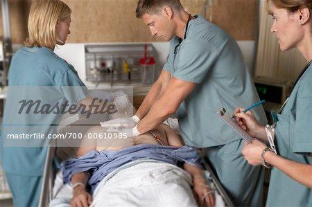 Médecins essayant de réanimer le Patient