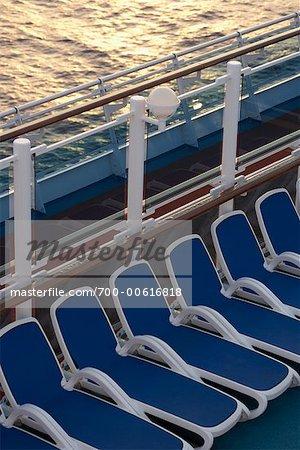 Chaises longues sur le navire de croisière
