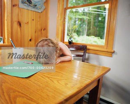 Fille moue à Table