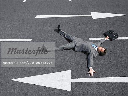 Unternehmer, die auf der Straße liegend